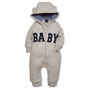 سرهمی نوزادی پسرانه : سرهمی از بهترین مدل لباس ها برای بچه هاست. بدلیل یسره بودن لباس پهلوها، کمر و شکم کودکتان به خوبی پوشانده میشود. لباس سرهمی مدلی بسیار راحت برای فرزند شما خواهد بود و مناسب برای بازی، غذاخوردن و ... می باشد. این سرهمی از جنس نخ پنبه میباشد. دوخت استاندارد این سرهمی نوزادی پسرانه آنرا بسیار خوش فرم کرده است. رنگ خنثی و در عین حال زیبای سرهمی چشم نواز است. همچنین زیپ با حالتی خاص بر روی این سرهمی دوخته شده است. جیب های مدل کانگورویی این لباس سرهمی بچگانه فانتزی و خاص است و دستهای کوچک فرزندتان را گرم میکند. همینطور کلاه خرسی با گوشهای کوچک و فانتزی این سرهمی را نیز نمیتوان نادیده گرفت.سرآستین ها و قسمت مچ پای شلوار کش بافت است تا از نفوذ باد به داخل آن جلوگیری شود. برای افزایش طول عمر سرهمی در شستشوهای دستی ترجیحاً از آب نزدیک به صفر درجه سانتی گراد و صابون استفاده کنیدو این سرهمی از برند معروف آمریکایی گپ میباشد. این شرکت تولید کننده ی لباس و کیف و کفش آمریکایی است. GAP از بزرگترین تولیدکنندگان پوشاک در آمریکاست که ده ها شرکت و نمایندگی در کشورهای مختلف دارد . این مدل سرهمی تولید کشور چین است. ویژگی های لباس سرهمی بچگانه : 1 . برند GAP 2 . کلاه دار 3 . جیب کانگورویی 4 . سرآستین و مج پا کش بافت