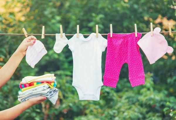 استفاده از آب گرم و نور خورشید برای خشک کردن لباس کودک
